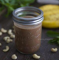 Готовим сытный шоколадно-ореховый смузи. калорийность 336 кк, б- 13, ж - 14, у - 40