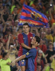 Belletti (der.), el héroe de la segunda Champions ganada por el Barça, levanta a Saviola en el festejo de un gol 'barçargentino' en el Camp Nou.
