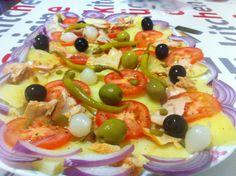 Amanida de patata amb tomàquet, ceba, bitxos i olives