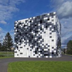 Frog Queen, or the Prisma Engineering Headquarters (a machine and motor technology company) is located in Graz, Styria, Austria. Its facade was designed by SPLITTERWERK and looks like one giant pixelized box.