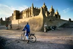 Old West African Mud Mosque, Djenne, Mali, Steve McCurry Vernacular Architecture, Art And Architecture, Steve Mccurry Photos, Vivre A New York, Namaste, World Press Photo, Ride 2, Old West, West Africa