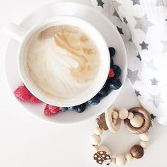 Pretty much what my day is about  Gestern haben wir die U3 absolviert heute kommen die Großeltern aus NRW zum ersten Besuch und Baby L verschläft die meisten solcher Highlights bisher während ich Herzklopfen und Schweißausbrüche habe  Klingt flair.  _____________________________  #coffee #kaffee #latte #bezzera #adenandanais #blueberries #raspberries #raspberry #happymama #itsaboy #newborn #itsaboy #babyleonard