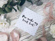 Suchst du eine tolle Karte zum Ausdrucken und verschenken? Entdecke hier tolle Kartensprüche rund um Liebe und Valentinstag. Die Postkarten kannst du ganz einfach auf dem Blog ausdrucken! In A Heartbeat, Place Cards, Place Card Holders, Tableware, How To Make, Blog, Valentine Day Cards, Mother's Day, Round Round