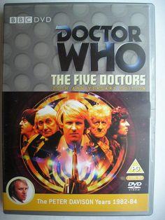 """""""The Five Doctors"""" è un'avventura speciale tra la ventesima e la ventunesima stagione della seie classica di """"Doctor Who"""" trasmessa il 25 novembre 1983 con il Primo Dottore, il Secondo Dottore, il Terzo Dottore, il Quarto Dottore, il Quinto Dottore, Sarah Jane Smith, Susan, Romana II e il Generale Lethbridge-Stewart. Segue """"The King's Demons"""", è stata scritta da Terrance Dicks e diretta da Peter Moffatt. Clicca per leggere una recensione di quest'avventura!"""