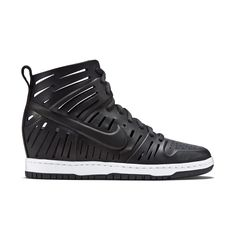 Nike Dunk Sky Hi Bella - ELEVATED STYLE AND COMFORT The Nike Dunk Sky Hi Bella Women's Shoe features cutouts in the leather upper and a concealed wedge heel that takes an iconic shoe to new heights. A cushioned midsole offers plush comfort.