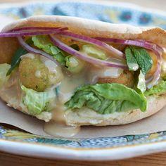 Una receta de un auténtico Falafel árabe, en pan de pita con hummus y lechugas frescas. ¡Riquísimo!
