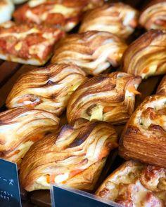サーモン&クリームチーズのクロワッサンサンド(2018.11.28) Snacking, Breakfast Pastries, Mini Cheesecakes, Dessert Recipes, Desserts, Cravings, Sausage, Bakery, Cooking Recipes