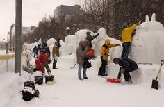 Na área de Susukino os cidadãos de Sapporo também expõem suas esculturas. Festival de Neve de Sapporo, Hokkaido, Japão.  Fotografia: ©Sapporocity.