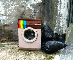 Una vecchia lavatrice abbandonata diventa il logo di Instagram nell'ultimo intervento di Biancoshock
