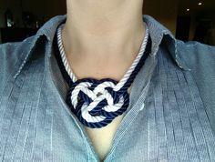 Collar blanco y azul. Nudo pequeño. Facebook: El Rincon de Lora. Facebook, Jewelry, Fashion, White Necklace, Necklaces, Bangle Bracelets, Parrot, Blue Nails, Moda