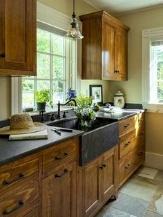 Best Rustic Farmhouse Kitchen Cabinets Makeover Ideas - Page 28 of 48 Farmhouse Kitchen Cabinets, Modern Farmhouse Kitchens, Kitchen Cabinet Design, Kitchen Redo, Country Kitchen, New Kitchen, Rustic Farmhouse, Kitchen Cupboards, Farmhouse Style