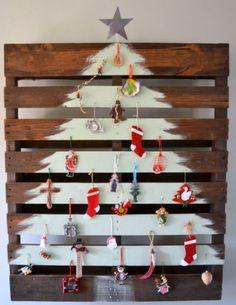 árbol de navidad pintado sobre pallet
