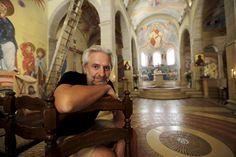 """L'artiste Vadim Garine a imaginé puis conçu 700 m2 de fresques en treize ans, dans le seul chantier de l'église orthodoxe du monastère Saint-Michel.Un travail de longue haleine. """"Il fallait que l'on perçoive le résultat comme quelque chose fait d'un seul trait"""", explique l'artiste. Saint Michel, Chapelle, Quelque Chose, Comme, Fresco, Amigos, Artist"""