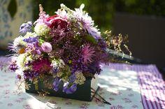 Pestrá letní květinová vazba - růže Scentimental, sadec konopáč (Eupatorium), oměj (Aconitum), letní astry, čechravy (Astilbe), sporýš argentinský (Verbena bonariensis)