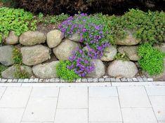 Garten-anders: boulders for a stone wall / natural stone wall and rock garden . Gravel Garden, Garden Soil, Garden Paths, Gardening, Boulder Retaining Wall, Natural Stone Wall, Bush Plant, Hydrangea Care, Most Beautiful Gardens