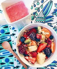 """Fruity """"cereal"""" before I poured in the pink banana mylk The cereal is just rolled oats, buckinis, berries, kiwi fruit, pineapple + mandarine, and the mylk is simply one banana, 3 strawberries and a splash of water! Pour it over, let it soak in for 5 or so mins and ENJOY Mandala throw from @therawco"""