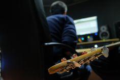 Ritorniamo in sala di registrazione con gli Officina Aurora, presso studio Andromeda di Max Casacci. Qualche ora per riprendere la mano con gli Officina e poi andremo per qualche volta in sala prove. Riprendere il backstage musicale è una bella prova dopo qualche anno fermo. Vedremo che succede.