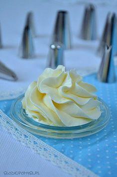Krem maślany z mlekiem skondensowanym to idealny krem do tynkowania i dekorowania tortów. Prosty i szybki krem maślany do tortów.