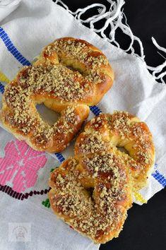 Mucenici moldovenesti impletiti - CAIETUL CU RETETE Romanian Food, Romanian Recipes, Pastry And Bakery, Dough Recipe, Dessert Recipes, Desserts, Bagel, Cooking Recipes, Bread