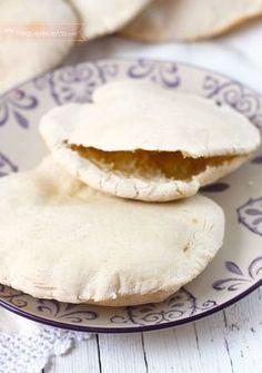 Pan de pita. Hoy os vamos a enseñar cómo hacer pan de pita paso a paso. esta receta es muy fácil y os va a encantar. El pan de pita viene de oriente medio y forma parte de los panes planos.