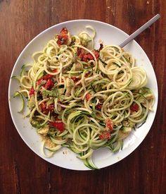 Espaguetis de calabacín con pimiento rojo asado y aguacate