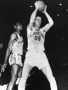 bc171d49546 Minneapolis Laker, George Mikan in a game with the Harlem Globetrotters.