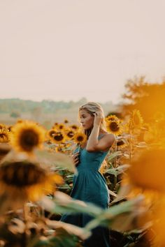 Edited by Credits do not belong to me. Casually walk through a sunflower field and your pictures will be phenomenal! Pictures With Sunflowers, Sunflower Field Pictures, Sunflower Pics, Cute Photography, Creative Photography, Portrait Photography Poses, Spring Photography, Photography Flowers, Sunflower Feild