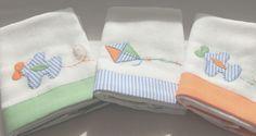 As Fraldinhas de boca são bordadas à mão com desenhos dos Aviõezinhos e a pipa. Feitas em algodão, têm barra de tecido estampado com listras azuis, liso laranja e verde tema da coleção. São 03 unidades de 32 x 32 cm cada.