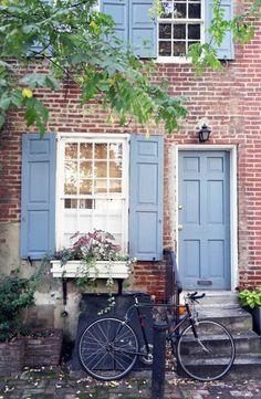 Taubenblaue Fensterläden für ein außerordentliches Look