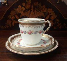 elegante tea trio staffordshire con preziosi decori floreali arricchito da decori in oro zecchino di fascinodellantichita