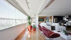 loft et assiciés, une belle vue dans votre appartement atypique, chaises rouges