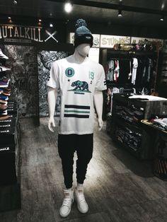 Lotado de novidade na Ska! Bora colar na loja e conferir as novas coleções de inverno. Essa é uma das opções de look que dá pra montar aqui, as combinações são infinitas! #skaskaterock #atitudeacimadetudo #novidadetododia #doubleg #vextor #tshirt #camiseta #modaalternativa #alternativestyle #tenis #shoes #clothing #apparel