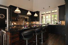 Armoire de cuisine en merisier avec un mélange de bois exotique soit de l'eben de macassar sur l'ilot.