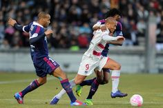 Bordeaux forward Yoan Gouffran (C) fights for the ball with Lyon Jimmy Briand (L) and Bakary Kone (R) during the French L1 football match Bordeaux vs Lyon on February 19, 2012 at the Chaban Delmas stadium in Bordeaux.