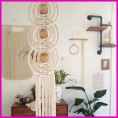 A imagem pode conter: área interna Macrame Art, Macrame Projects, Macrame Knots, Micro Macrame, Art Macramé, Macrame Plant Hangers, Macrame Earrings, Macrame Patterns, Diy Interior