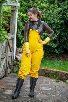 Latex Babe, Sexy Latex, Rubber Gloves, Rubber Rain Boots, Sexy Outfits, Fashion Outfits, Womens Fashion, Rain Fashion, Rain Pants