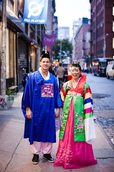 Love this Korean wedding tradition, Pae-Baek, done during their engagement pictures Photography by CLY Creation / clycreation.com/