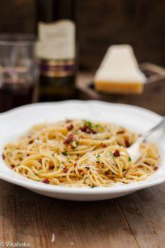Spaghetti alla Siciliana (Spaghetti with Sun-Dried Tomatoes, Garlic and Parsley).
