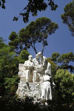 El Retiro. El monumento a Campoamor representa al poeta rodeado de tres figuras femeninas que representan las etapas de la vida. Es obra de Lorenzo Coullaut-Valera (Foto: Mariano Domínguez)