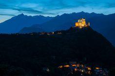 Ora blu alla Sacra di San Michele. Sullo sfondo, a sinistra, il Rocciamelone #myValsusa 22.05.16 #fotodelgiorno di Claudio Ostorero