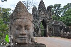 Angkor Thom South Gate, Siem Reap.  Scoprite i nostri itinerari su www.cambogiaviaggi.com   #angkor #siemreap #cambogia #cambogiaviaggi #angkorthom #southentrance #smilingfaces #khmer #unesco #artlover #explorer