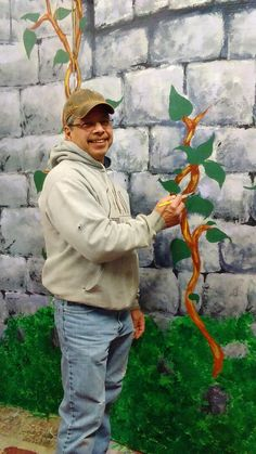 Art Gomez painting the vine details...looking good!