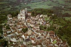 de romaanse St. Magdalenakerk op de sainte colline in het Franse Vézelay (Bourgondië), vertrekplaats van een der 4 grote Jakobsroutes in Frankrijk