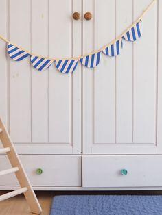 Wimpelkette aus Stoff – mit Liebe genäht – wunderschöne Dekoration für den Kindergeburtstag - Kinderzimmer & Co Du kannst sie entweder draußen aufhängen (bitte nicht bei Regen) oder in Wohnung, Haus oder wo immer du magst. Viel Spaß beim dekorieren! #wimpelkette #geburtstag #kindergeburtstag #dekorieren #stoffwimpelkette #dekoration #feiern #gelberknopf #kinderzimmerdekoration Mirror, Home Decor, Sew Simple, You're Welcome, Fabric Crown, Decorating, Nice Asses, Birthday, Decoration Home