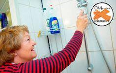 Med eddike og opvaskemiddel kan du selv blande et effektivt rengøringsmiddel. Rengøring af brusekabine.