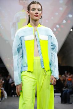 Fyodor Golan Ready To Wear Spring Summer 2015 London Fur Fashion, Sport Fashion, Live Fashion, Fashion Art, Fashion Silhouette, Sports Luxe, Fashion Project, Neon Colors, Spring Summer 2015
