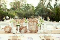 rustikale Tischdeko weiße Vasen Maiglöckchen beige Leinen