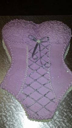 Corset cake by Altefyn Cakes                                                                                                                                                                                 Mais