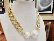 Gold chain and maxi pearls