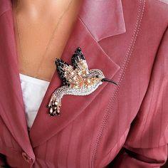 Hummingbird - Handmade brooch from beads Beaded Brooch, Beaded Earrings, Beaded Jewelry, Tambour Embroidery, Bead Embroidery Jewelry, Bird Jewelry, Jewelry Design, Women's Jewelry, Bead Crafts